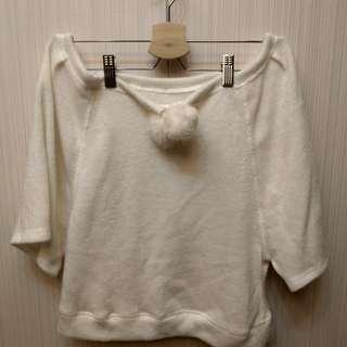 🚚 [二手]純白 絨毛球罩衫 可調整領口