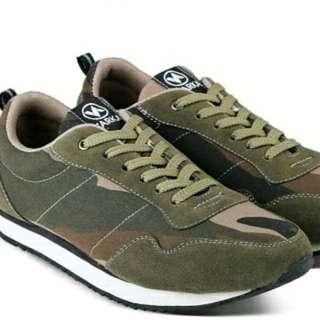 Sepatu sneakers pria loreng