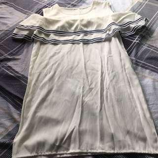 白色連身裙露肩