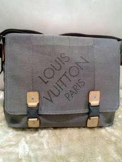 Preloved lv messenger/sling bag