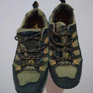 Sepatu hikking