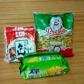 通粉400g.寿桃烏冬麵2包及太平餅乾,合共4包計