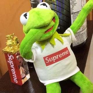Supreme 青蛙公仔