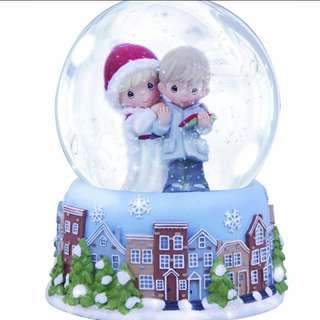 Precious Moments Precious Thoughts - Couple Reading Card - Christmas - Musical Water / Snow Globe