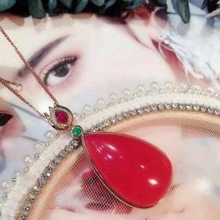 ✨新貨✨爆美的紅紋石紅寶石祖母綠吊墜 大牌感十足,美麗是生活中必不可少的一種態度,紅紋石不止讓你美麗更讓你佩戴的時候散發出獨有的迷人氣質!18k 金真鑽石💎祖母綠紅寶石鑲嵌 獨一無二的美 紅紋石紅潤冰透 品質超讚 漂亮 規格: 46.5*21mm總重:12g美麗價💰¥21980【不含鏈】