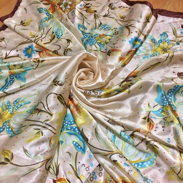 花卉嘉年華緞面絲巾