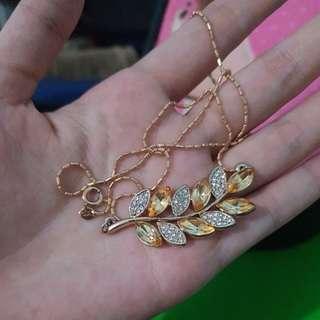 Kalung daun emas accesoris