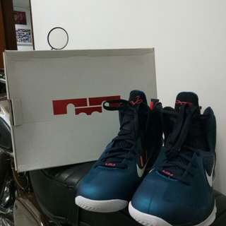 Sepatu Nike Leborn