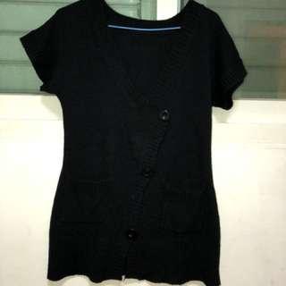 🚚 純黑色厚實針織外套  前面釦子造型很特別 也有2個小口袋 s-m內均可穿 穿過2次