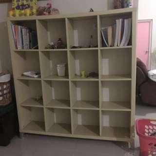 Lemari pajangan / lemari pembatas ruangan