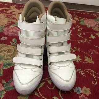 Sepatu boots putih,dipake sekali aja buat kejepang empuk nyaman keren