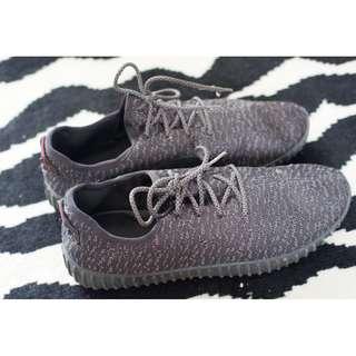 Preloved Sepatu Sneaker Adidas Yeezy Look a Like Hitam