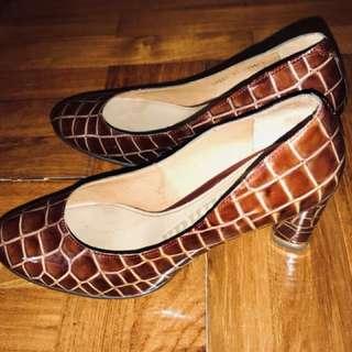 3吋高踭鞋, 八成新