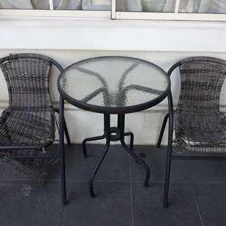 Meja dan 2 kursi teras