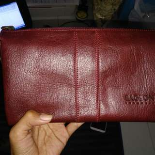 Platine pouch on maroon