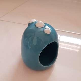dino hideout,food bowl,water bottle