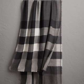 Burberry 輕盈格紋羊絨圍巾