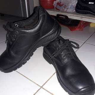 Sepatu sefety kulit asli.