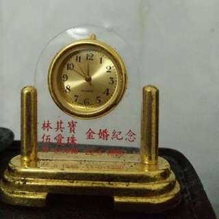 Jam meja lapis emas uk kecil