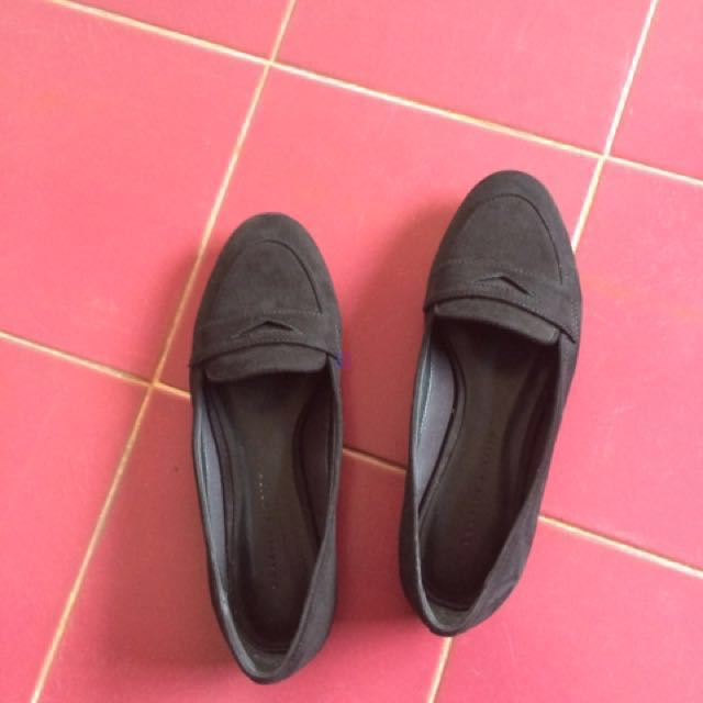 💕 Charles and Keith Black Flat
