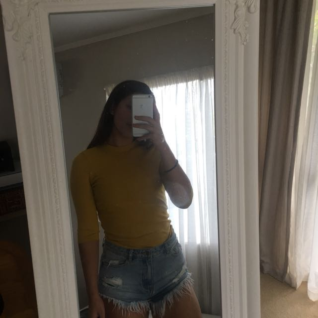 Fitted mustard top