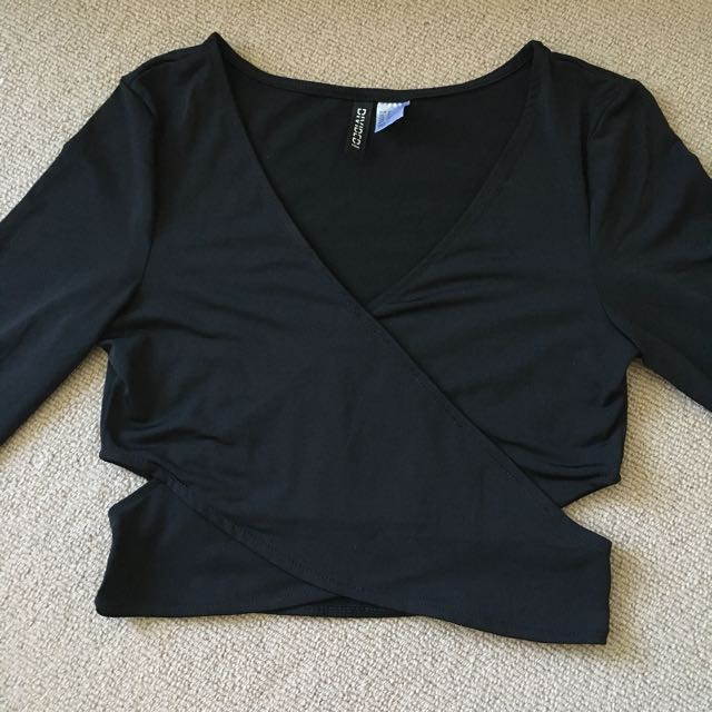 Long sleeves cut out v neck black top