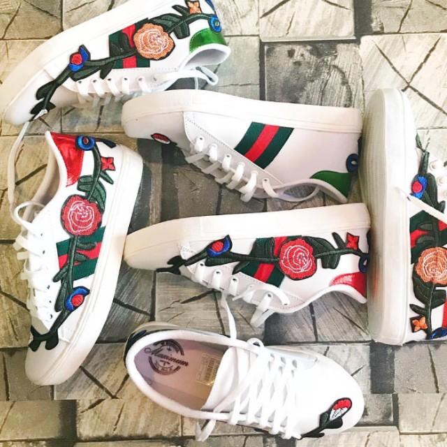 Sepatu Sneakers Bunga