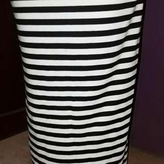 Rok garis hitam-putih