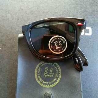 Kacamata lipat/wayfarer RB Space Raymond Benson Kelengkapan: hardcase bawaan Kondisi baru.hanya stock lama Masih menempel tag barunya(real pict)  lensa kaca asli,adem di mata Sangat nyaman dipakai