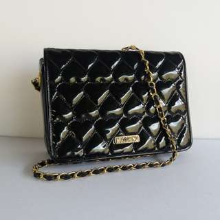 AUTHENTIC MOSCHINO QUILTED CHAIN SLINGBAG MADE IN JAPAN TINGGI 17CM X LEBAR 24CM VERY GOOD CONDITION RM5XX http://www.wasap.my/60148363708