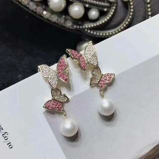 新款蝴蝶耳釘,靈動俏皮 增添一份時尚感,7-8mm天然淡水珍珠,14k注金材質➕S925銀針防過敏,超強保色 元宵佳節優惠價💃🏻🔊🉐$498。