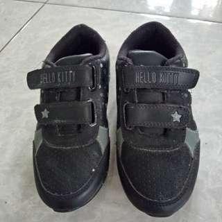 Sepatu hitam anak