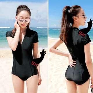 Simple Black Shortsleeves Zip Up Rashguard Swimsuit