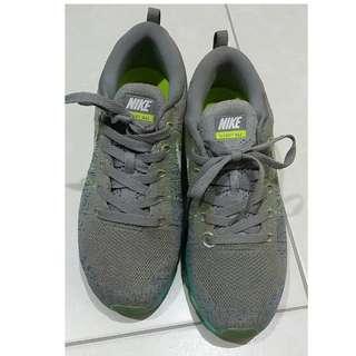 專櫃購入100%真品 約9成新 NIKE 灰色 編織 氣墊  US7 24CM 不附上鞋盒會另外找替代盒子出貨