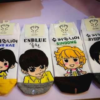 韓星綉字公仔襪。