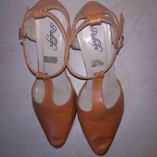 Sepatu coklat heels tahu