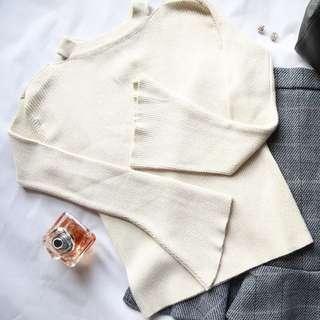 鏤空露肩喇叭袖亮絲針織衫