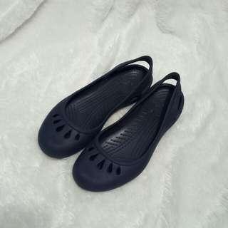 Sepatu sandal crocs navy
