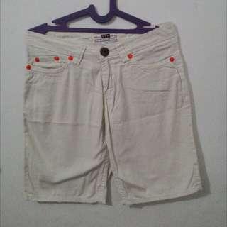 celana putih pendek