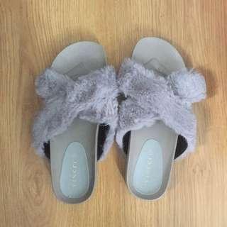 NEW! Vincci fur sandals