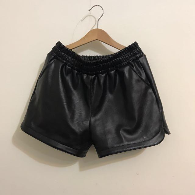 黑色短皮褲