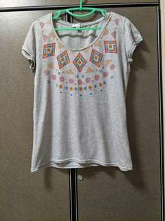 Grey Loose & low cut T-shirt with tribal-ish prints