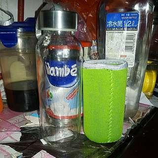100%全新玻璃水瓶~䆟量約250ml. 。本水瓶會跟一個隔熱(潛水料)的淺綠色外套一個。 100% new glass bottle ~  Glass bottle is about 17cmH. X 5cm bottom. It is about 250ml. The bottle will be insulated with a (Diver dress material) light green jacket.