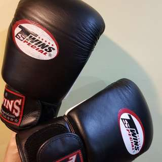 Special edition Twins muay thai gloves Black 16oz