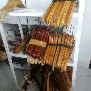 Preloved Hanger / gantungan baju kayu polos mix