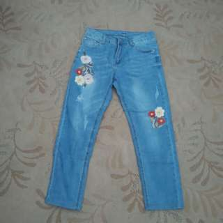 Embroidered mid rise crop jeans