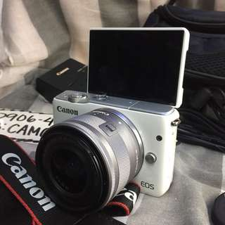 Canon eos m10 white with 15-45mm is stm, bag and accesories