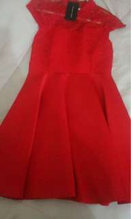 Gaun pesta merah cherry