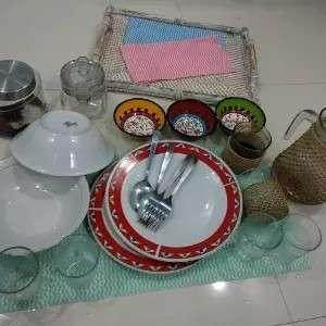 Satu paket perlengkapan makan terbuat dari keramik dan kaca.