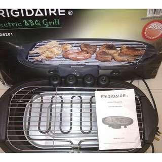 太平家庭電器 Frigidaire 2000W Electric BBQ Grill 電子燒烤鍋(FD6201) 室內燒烤之選,防煙水盤防止煙霧彌漫;過熱安全裝置令你更安心